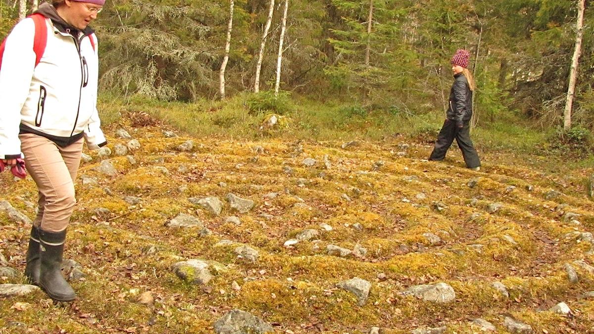 Kemiläiset Anna Alm ja hänen tyttärensä Pauliina Miettunen kiertämässä jatulintarhaa.