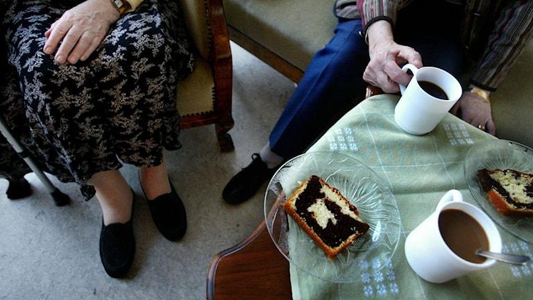 Vanha pariskunta kahvilla pöydän ääressä. Kuva/Foto: Jessica Gow / SCANPIX