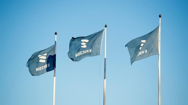 Lippuja saloissa Ericssonin Kumlan tehtaan edustalla.
