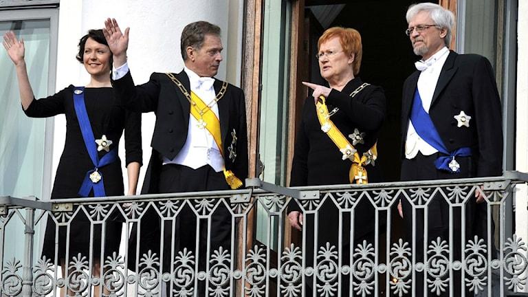 Uusi ja vanha presidenttipari tervehtivät Presidentinlinnan parvekkeelta. Kuva/ Foto: AP Photo/LEHTIKUVA, Jussi Nukari