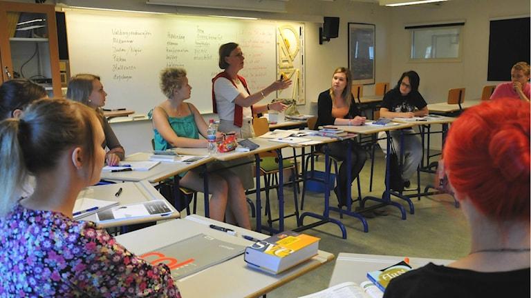 Opettaja Chatarina Sterner selittää ruotsalaisen ruokakulttuurin sanastoa suomalaisille lukiolaisille. Kuva: Kaj Aalto