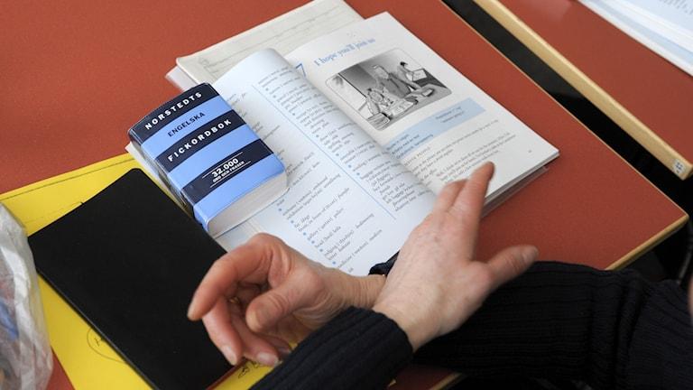 kieltenoppikirjoja pöydällä