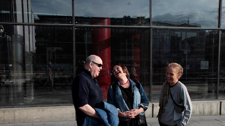 Keijo Knutas, Marjaana Lehmonen Nilsson ja Hanna Hallakumpu naureskelevat Tukholman kulttuuritalon edustalla.