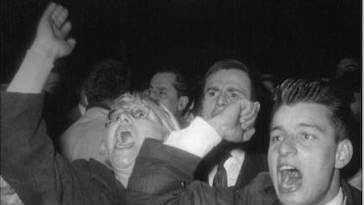 Äkäisiä mielenosoittajia nyrkit pystyssä Ranskassa 1962.