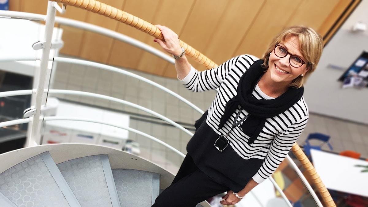 En blond kvinna på en trappa