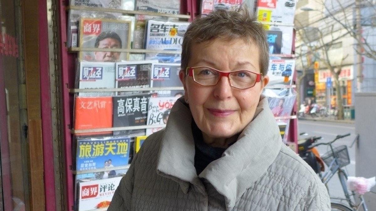 Marja Kaikkonen kiinalaisen lehtikioskin edessä.