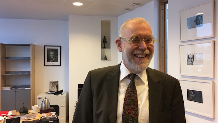 Suurlähettiläs Matti Anttonen Tukholman suurlähetystössä.