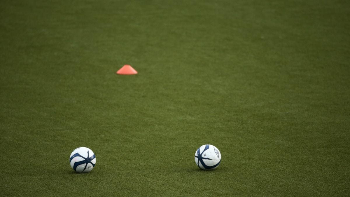 Kaksi jalkapalloa vihreällä kentällä. Foto: Stian Lysberg Solum / NTB scanpix / TT