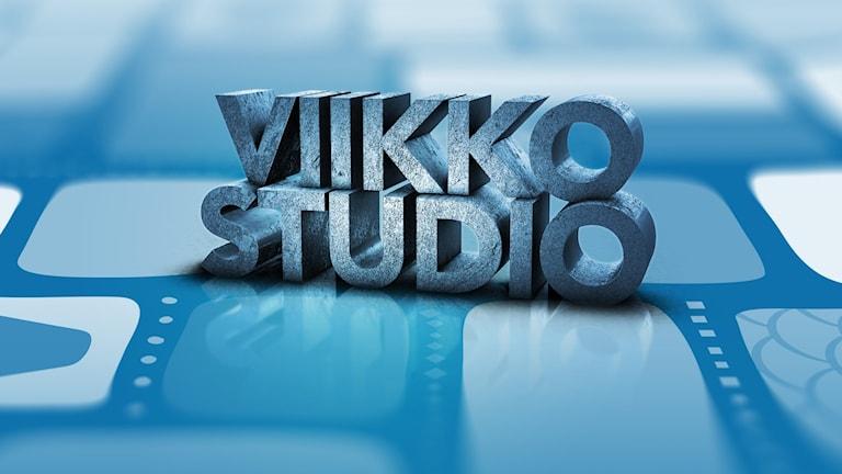 """En grafisk, blåtonad bild med texten """"Viikkostudio""""."""