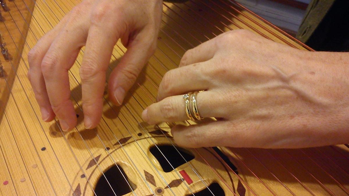 Soittajan kädet ja soitin. Kuva/Foto: Jorma Ikäheimo/Sveriges Radio Sisuradio.