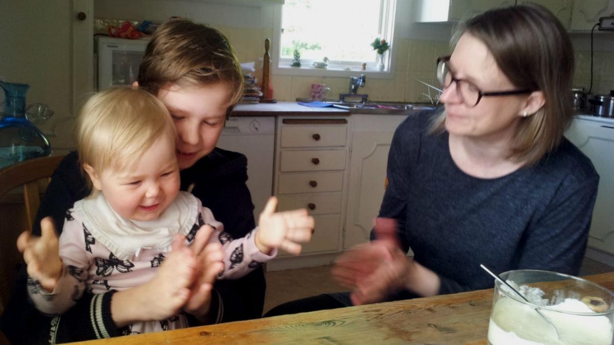 Irmeli ja Akseli ja äitinsä Karita Lehikoinen-Stedt.  Kuva:Ulla Rajakisto-