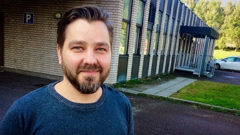 Tommi Miettinen seisoo koulun pihalla Borlängessä.