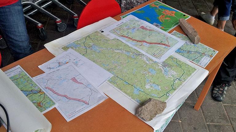 Löytyisikö näistä kartoista rivouksia? Kuva/Foto: Anna Tainio, SR Sisuradio