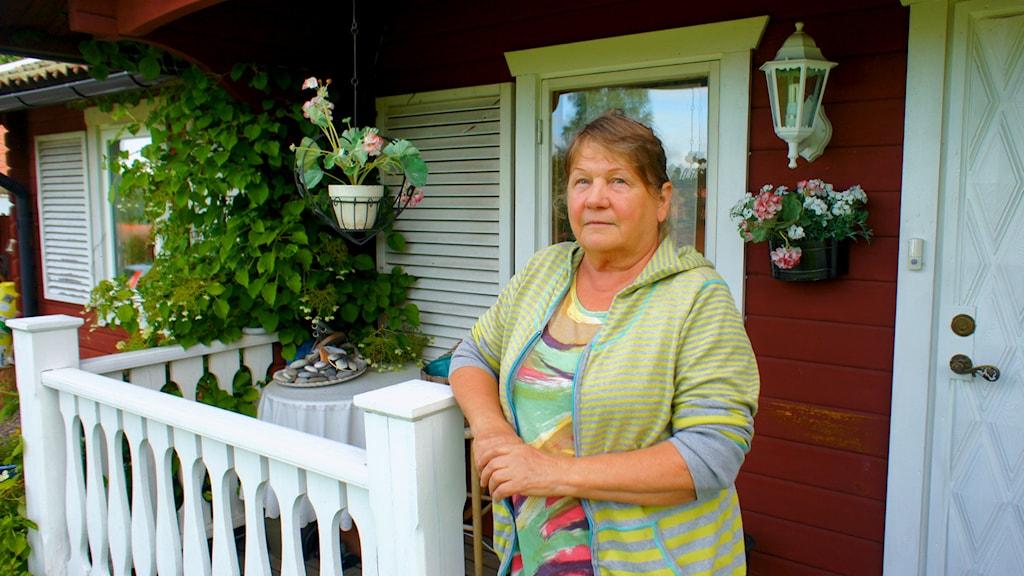 Marita Johansson matkustaa usein Suomeen hoitamaan 84-vuotiasta äitiään. Kuva: Tytti Jussila / SR