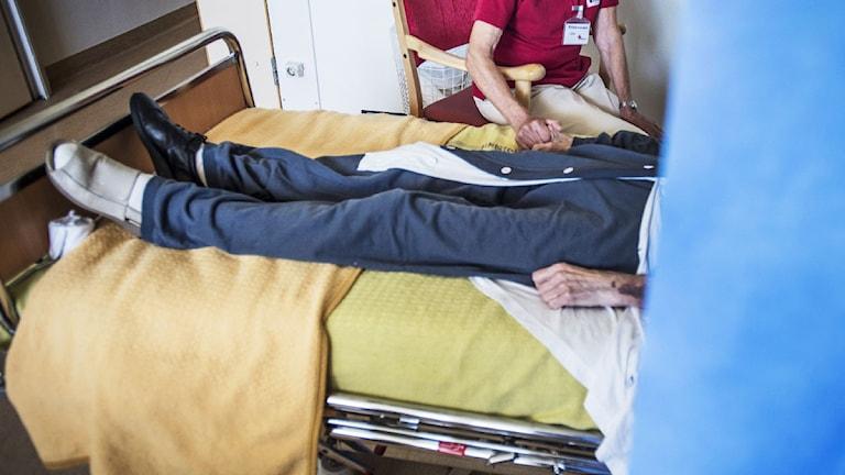 Äldre patient till sängs. Foto:Yvonne Åsell /TT-bild