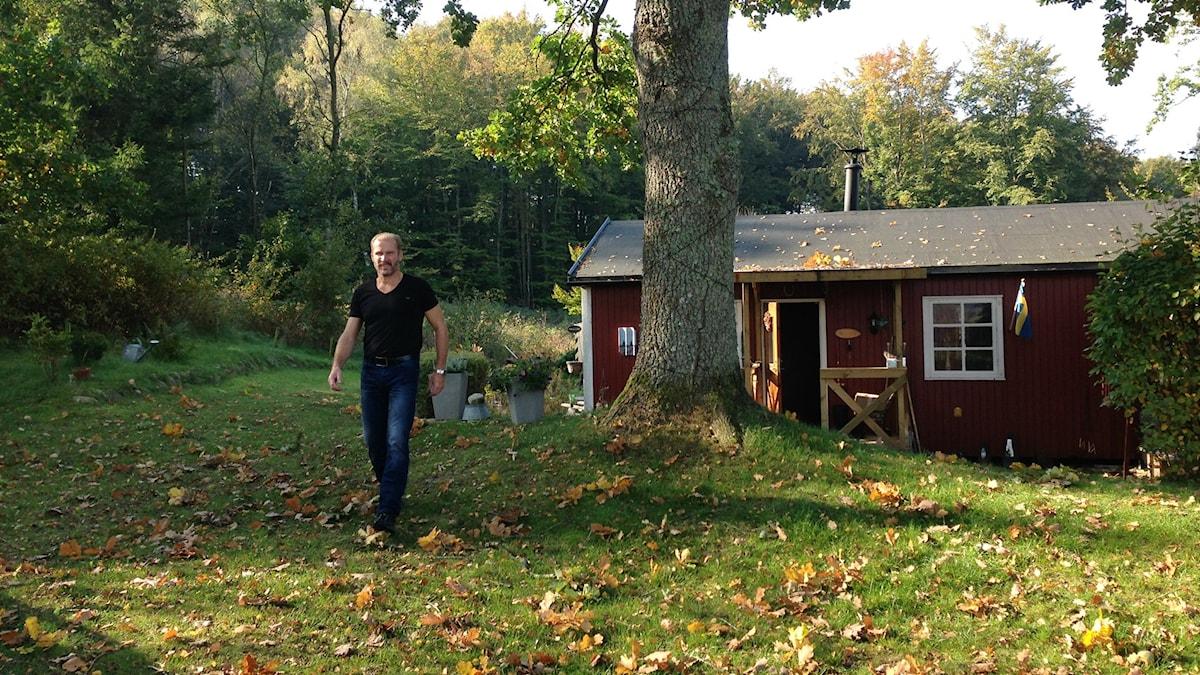 Pieni punainen mökki ja lokakuinen puutarha. Foto: A-L Hirvonen Nyström/SR Sisuradio