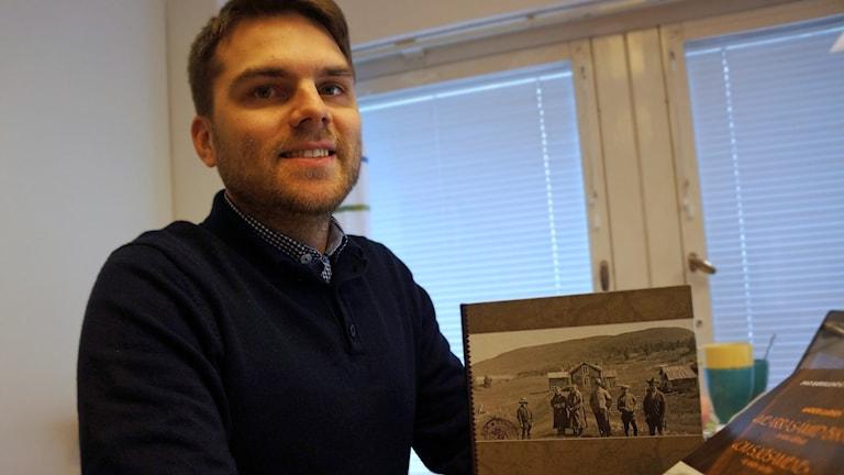 Otso Kortekangas on perehtynyt saamelaisten koulutukseen ajalta kun kansakoulut tulivat. Foto Marja Siekkinen