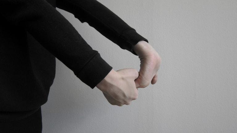 Rannevenytyksen voi tehdä painaen sormia kohti rannetta, vuorollaan molemmin puolin, kuva: Tytti Jussila / SR Sisuradio