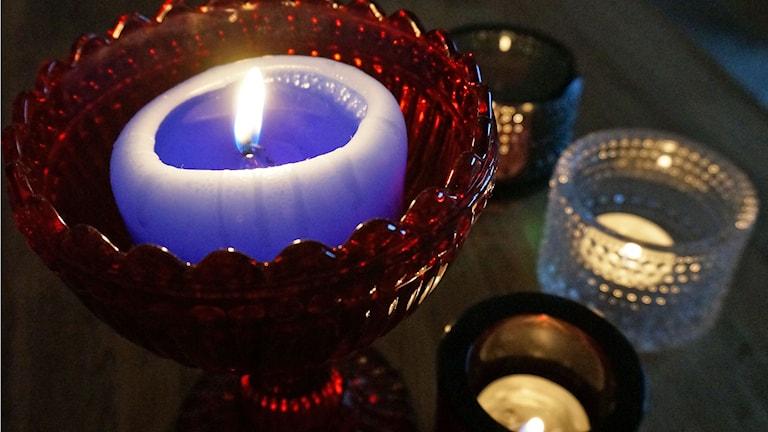 Kynttilä pimeässä lämmittää, ljus i mörkret värmer. Kuva/Foto: Johanna Lindegaard