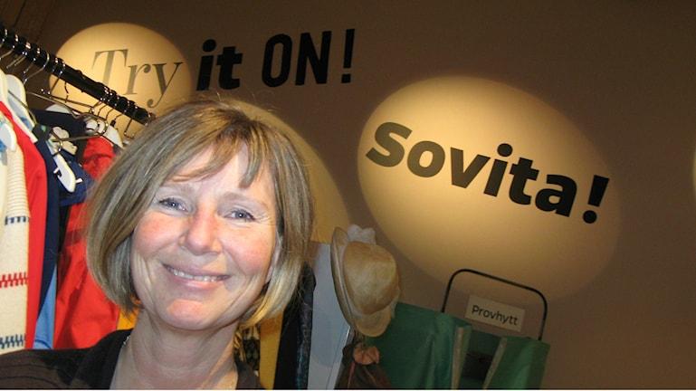 Intendentti Annika Cross Boråsin tekstiilimuseon Tee se itse -näyttelyn edustalla. Kuva: Teija Martinsson.