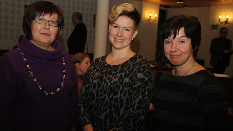 Keskustan Anne Sulila ja sosiaalidemokraattien Nina Pörhölä ja Pia Friman ovat uusia valtuutettuja Haaparannan kunnanvaltuustossa. He hallitsevat suomen kielen ja näkevät sen aseman kehittämisen tärkeäksi. Kkuva/Foto: Hannele Kenttä