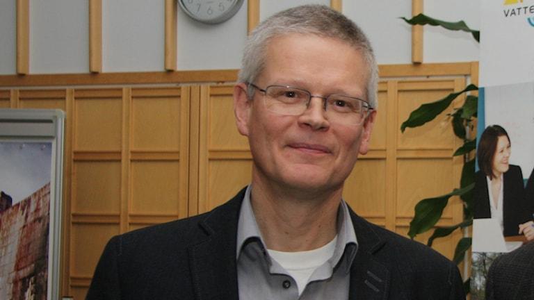 Riista- ja kalatalouden tutkimuslaitoksen tutkija Tapani Pakarinen luottaa lohikantojen ainakin suurissa joissa jo elpyneen. Kuva/Foto: Hannele Kenttä