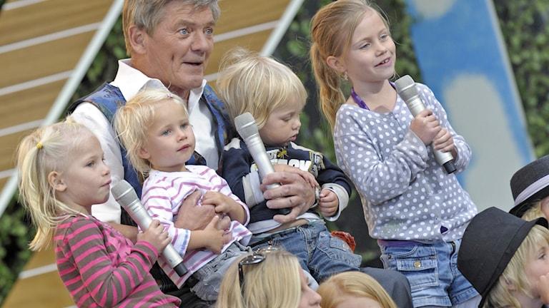 Bosse Parnevik med barnbarn på scenen, 2008. Foto: Maja Suslin, TT Bild