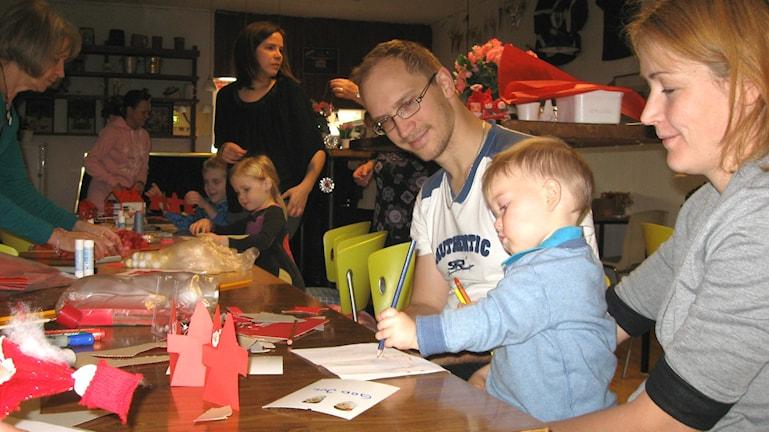 Peter ja Emilia Lindqvist olivat mukana 16 kuukauden ikäisen poikansa Simonin kanssa. Kuva: Teija Martinsson.