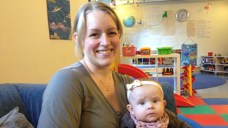 Susanna Teppola Laura-vauvansa kanssa. Kuva/Foto: Kaisa Vuonokari/Sveriges Radio Sisuradio