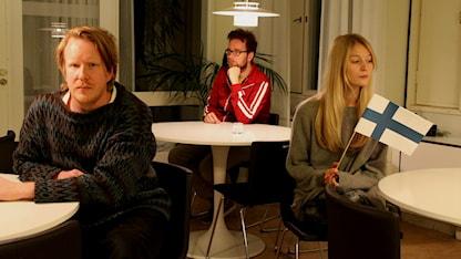 De tusen sorgliga sångernas land. Programledarna Erkki och Maija ska tillsammans med sin gäst, musikern Viktor Littmarck. Foto: Helena Huhta