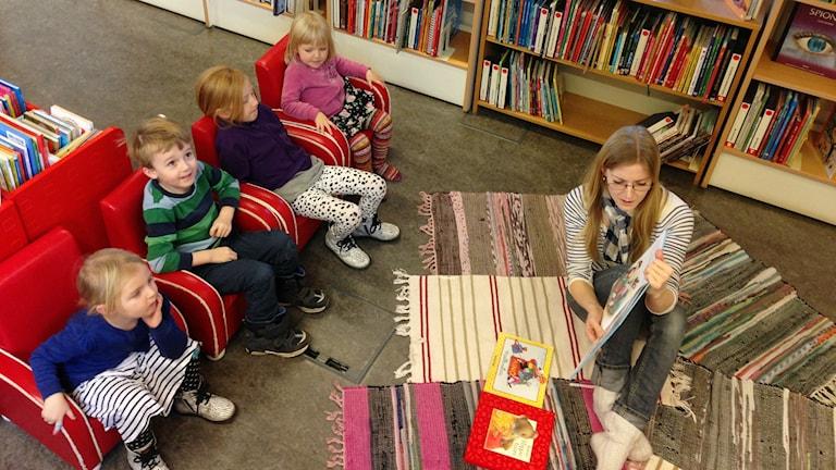 Nyt kuunnellaan! Kävlingen kirjaston satutunnilla. Foto: Anna Hirvonen Nyström/SR Sisuradio