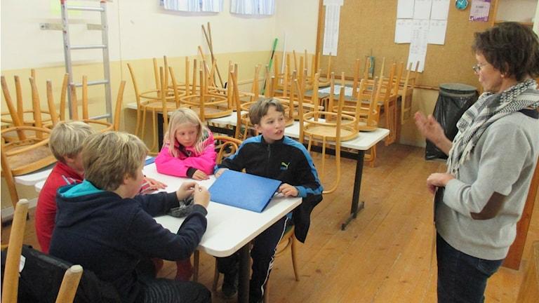 Suomen kielen tunneille osallistuu viisi eri-ikäistä oppilasta. Foto: SR/Sisuradio Peter Petrelius