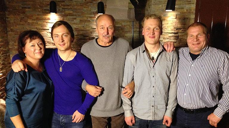 Järvisen perhe ja Kari Lumikero. Kuva: Jan Blomberg