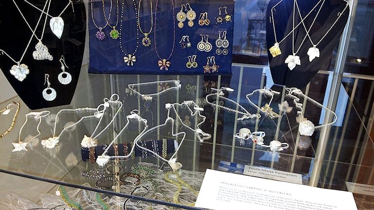 Koruja / Smycken av Tuula-Maija Pennonen. Kuva/Foto: Anna Tainio, SR Sisuradio