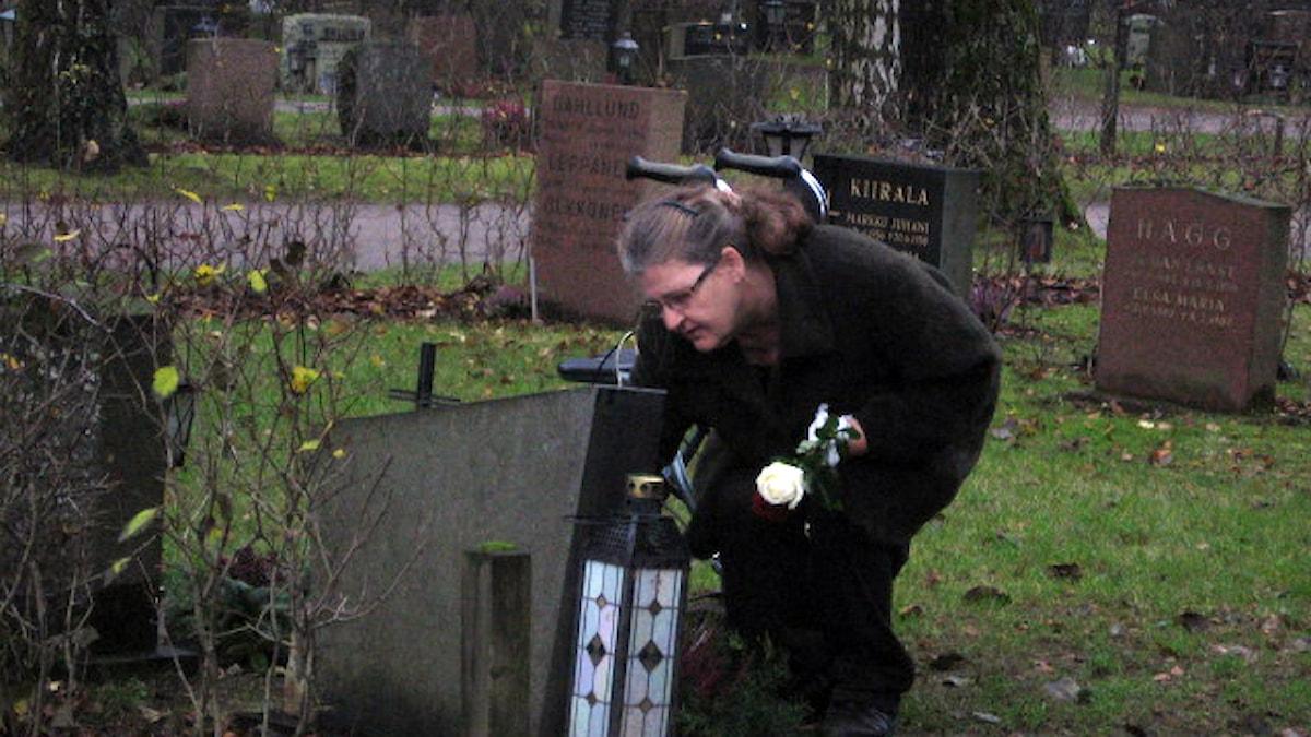 Ensimmäistä kertaa isän haudalla hautajaisten 1972 jälkeen Malmin hautausmaalla. Foto: Pirjo Rajalakso, Sisuradio