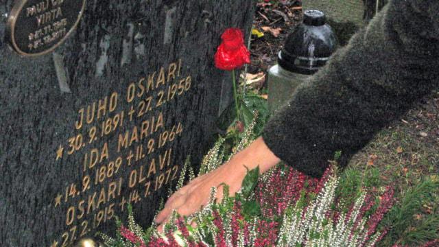 Olavi Virran hauta Helsingissä. Foto: Pirjo Rajalakso, Sisuradio