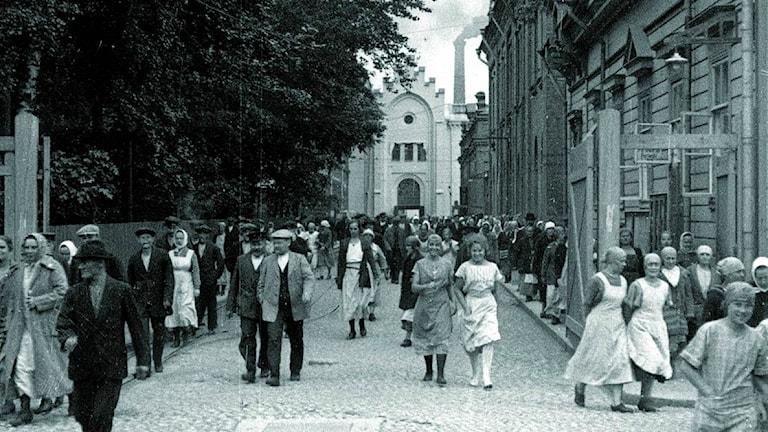 Finlaysonin Puuvillatehtaankadun puoleinen portti 1920-luvulla työpäivän päättyessä.