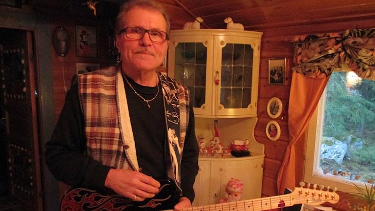 Göran Modin soittaa edelleen pari tuntia päivittäin. Foto: SR/Sisuradio Peter Petrelius
