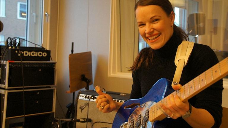 Blueskitaristi ja laulaja Erja Lyytinen. Kuva Pekka Kenttälä/Sveriges radio Sisuradio
