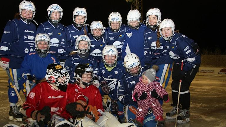 HT Bandyn naisjoukkue ja joukkueen maskotti pikkuinen Olga Hiltunen kuuluisasta jääpalloperheestä. Kuva/Foto: Hannele Kenttä