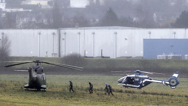 Poliisi ja armeija jahtaa terroriteosta epäiltyjä veljeksiä Dammartin-en-Goele nimisellä paikkakunnalla. Veljesten uskotaan olevan painotalossa, jota poliisi ja erikoisjoukot piirittävät. AP Photo/Michel Spingler