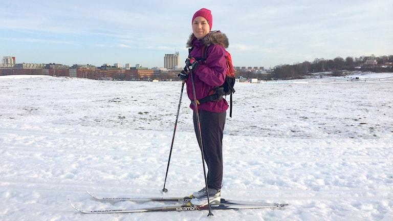 Tukholmalainen Marie valmistautuu Vasaloppettiin Tukholman keskustan Gärdetissä, jossa on keinolumesta tehdyt hiihtoladut. Foto: Virpi Inkeri/SR