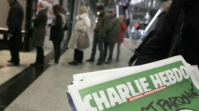 Pariisilaiset jonottivat ostaakseensa satiirlehden uuden numeron. AP Photo/Christophe Ena.