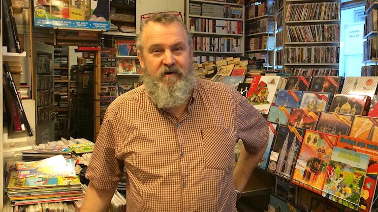 Erkki Häkli valtakunnassaan, sarjakuvakaupassaan. Foto: Virpi Inkeri/SR