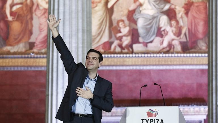"""""""Kreikkalaiset ovat tehneet historiaa"""" sanoi Kreikan parlamenttivaalit voittaneen Syriza-puolueen johtaja Alexis Tsipras. AP Photo/Petros Giannakouris."""