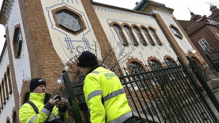 Malmössä synagogaa suojamaan asennettiin aita. Foto: Johan Nilsson / TT