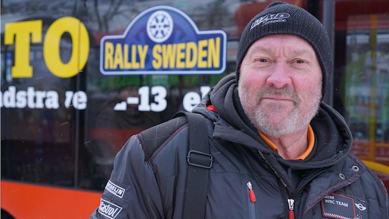 Markku Lampi hoitaa AT-toimitsijan tehtävää Ruotsin rallissa. Foto: Sirkka Jauho/SR Sisuradio
