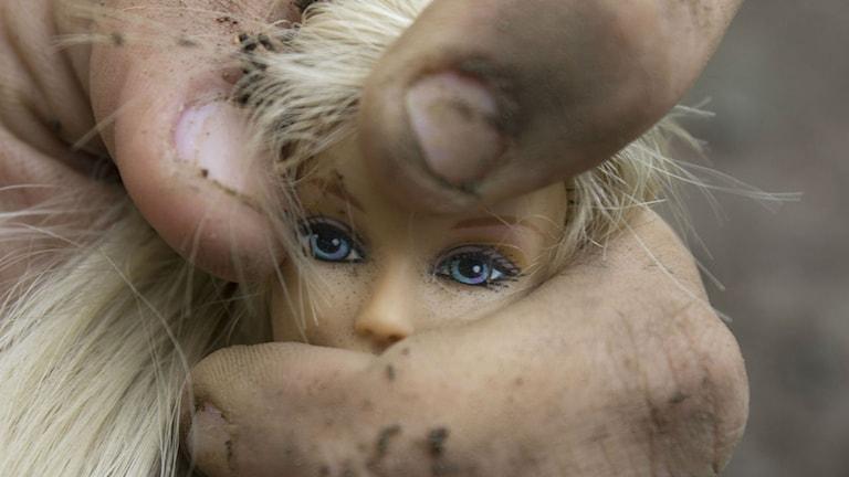Barbiedocka som blir krossad i hand Foto: isabellaquintana / CC0 Public Domain