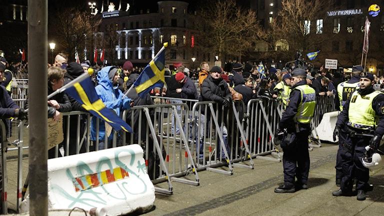 Pegidan kannattajia oli muutama kymmentä Malmössä järjestetyssä tapahtumassa. Foto: Drago Prvulovic/TT.