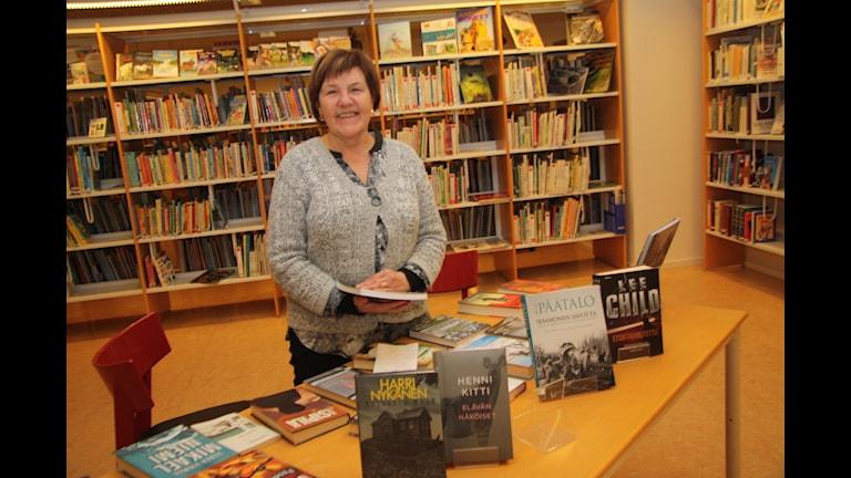 Haaparannan kirjastonhoitaja Marita Mattsson-Barsk on hyvillään suomenkielisten kirjojen hyvästä menekistä. Kuva/Foto: Hannele Kenttä